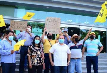 Manifestación en las instalaciones del congreso del estado encabezado por el dirigente municipal Alcides Mena del PRD