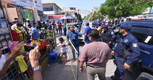 Realizan operativo para reubicar a vendedores ambulantes