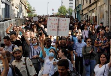 Protestan en Francia contra pases COVID y vacuna obligatoria