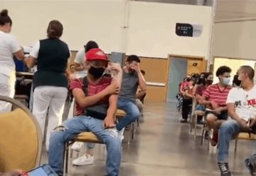 VIDEO: Joven con fobia a las agujas recibe ovación y celebración durante aplicación de vacuna