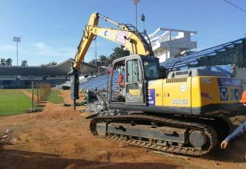 Maquinaria pesada está derrumbando las gradas del Parque Centenario del 27 de Febrero