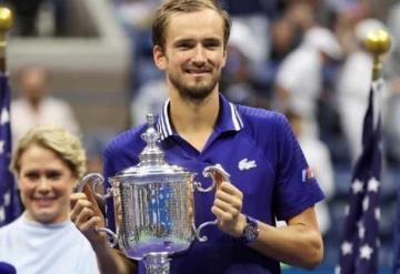 El ruso Daniil Medvedev con su trofeo de campeón del US Open, después de vencer fácilmente Djokovic