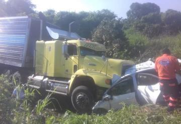 Tráiler embiste a automóvil en la Villahermosa-Teapa
