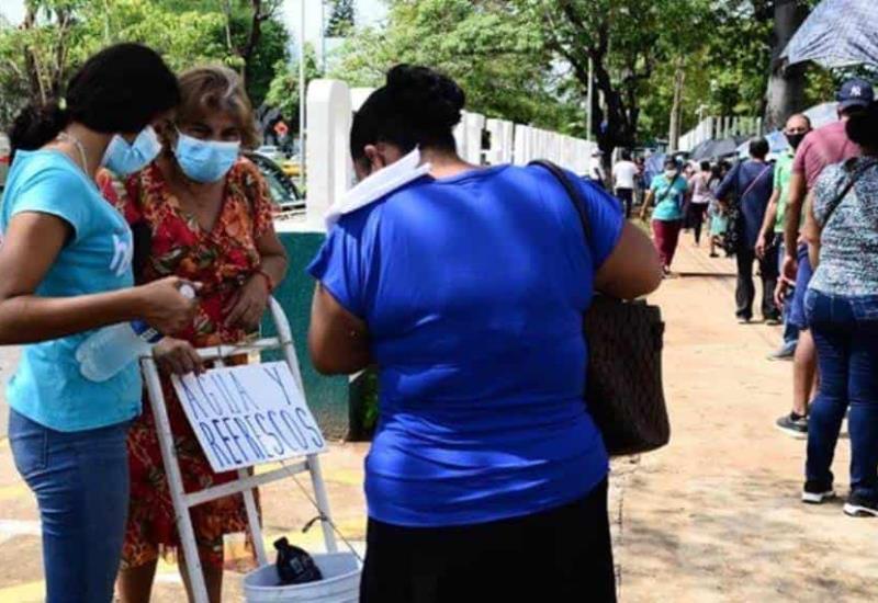Foto Galería: Se arma la vendimia ante la aglomeración de las personas que recibirán vacunas
